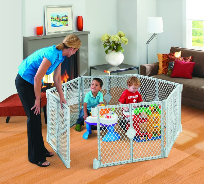 8669�North States Superyard XT Baby & Pet Play Yard